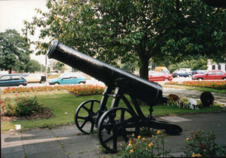 The cannon in front of the Dorman Memorial Museum